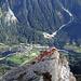 Auf dem Gipfel des Piz Cam: Tiefblick auf das 1600 m tiefer gelegene Dörfchen Vicosoprano