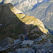 """Nun bereits im Reko-Aufstieg am Piz Duan: Der Piz Cam verkommt zum lächerlichen """"Hügel"""". Weit unten der Lägh da Cam mit meinem Biwakplatz"""