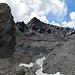 Jetzt ist die Sache klar. Durch die Schutthalde hinauf auf den Grat, dann nach links zum Gipfel auf der Spitze da. Interessant aber etwas traurig: Der Piz Turba zeigt noch sowas wie den Rest eines Gletschers. Blickt man talwärts, sieht man wie weit der bis noch vor nicht all zu langer Zeit hinunter gereicht haben muss.
