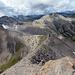 Der Auf- und Abstiegsgrat zum Gipfel. Man erreicht ihn durch den Schutt zwischen den beiden kleinen Schneefeldern rechts.
