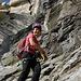 zwischendurch läuft Frau gesichert an Felsbändern entlang