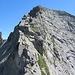 Auf dem Westgrat des Pizzo delle Pecore. Wie man diese sehr exponierte IIIer-Stelle rechts umgehen kann, ist uns unklar geblieben.