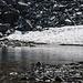 Auf dem Tümpel unterhalb des Passes liegt eine dünne Eisschicht