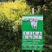 Bereits weit unten weist eine Tafel am Weg über das richtige Verhalten auf, wenn man den Schutzhunden begegnet.