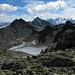 Fast das gleiche Bild - hier kommt aber der prominente Hintergrund zur Geltung: Das Massiv um den Piz Bernina. Prominent in der oberen Bildmitte auch der Piz Julier. Vorne in Schwarz (eigentlich Dunkelgrün), der Westgipfel des Piz Surgonda.