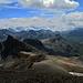 Vom Gipfel aus gesehen: der Piz Agnel (der dunkle Berg in Form einer Abschussrampe, links der Bildmitte).