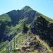 Gratweg zum Gipfel via Petit Brun (2031m), rechts am Bildrand die Wegmarkierung