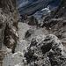 Durch diese hohle Rinne muss er kommen - egal ob Bergsteiger, Stein oder beides. Beim Abstieg ins Val Punteglias