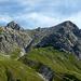 Vom Saulajoch präsentiert sich die die Südwest-/Südflanke des Saulakopfes in allen Details (Abstiegsstrecke).<br />Am Grat (rechts) verläuft der zweite, obere Teil des Klettersteigs.