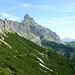 ...ums Eck rum ... und schon muß man noch ein Stück laufen....<br />Stolz präsentiert sich die Zimba - auch 'Matterhorn des Montafons' genannt.
