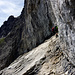Am Ende der schrägen Felsplatten - die Schlüsselstelle (D+) - leicht überhängend. Dann eine horizontale kurze Querung und danch wieder auf endlosen Bügelreihen ...