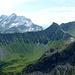 Wartezeiten muss man nutzen um Fotos zu schießen .. am Horizont über den grünen Hängen der Obernen Lün Alpe ... wächst fast übermächtig der Felsklotz der Drusenfluh / 3 Türme empor.