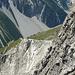"""Kurz noch ein """"gezoomter"""" Blick hinüber auf die stark frequentierte Abstiegsroute. So sieht der [http://www.hikr.org/gallery/photo870435.html?post_id=54167#1 Blick herüberwärts] aus."""