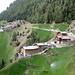 Bergbauernhöfe Egg und Forra am Höhenweg St. Martin - Schlanders. Selbst auf 1700 m Höhe müssen die Wiesen bewässert werden.