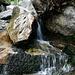 Viel Wasser plätschert über die steilen Bergflanken.