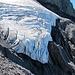 Die Gletscherzunge hängt müde über den Felsen.