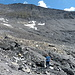 Bitte ganz genau anschauen: Ich stehe neben dem Gletschertor des Terrigletschers.<br />In einigen Jahren wird da kein Eis mehr sein.<br />Das schwarze Gestein hat mehr speziell gefallen. Hinten der Piz Terri.