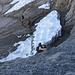Das ist die heikelste Passage der Tour noch vor Beginn des Drahtseils,  weil man beim Abstieg an dieser griffarmen Stelle auf eine schmale Rampe abklettern muss. Rechts am Fels befindet sich notfalls ein Haken für die Seilsicherung. Ein noch folgendes kleines Restschneefeld  konnten wir zum Glück unterqueren.  Trotz der Hitze war es pickelhart gefroren.   EDIT 21.08.2012: Vor 3 Wochen gab es einen trag. Bergunfall. Der Höhenangabe und [http://www.regionews.at/?set_ActivMenu=286&special=details&News_ID=37388 Beschreibung] nach dürfte das Unglück im Bereich der Felspassagen zu verorten sein