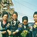 """Die Ureinwohner (hier noch Mädchen) von Sapa: Die """"Black Muong"""" werden, im Gegensatz zum übrigen Vietnam, von Frauen dominiert. Ein Matriarchat. Ferner rauchen die Erwachsenen mit einer Ausnahmebewilligung des Staat Opium"""
