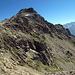 Auf dem unteren Teil des Grats. Hier sieht man schon die Mulde links hinter dem Gipfel, durch die ein Teil des Aufstiegs erfolgt.
