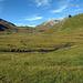 Der erfrischende, morgendliche Anmarsch auf Plang Camfer und Alp Tgavretga. Im Hintergrund verstecken sich Piz Turba und Piz Duan hinter kleinen Wolken.