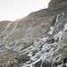 L'acqua che scende in gran quantità dalla roccia