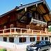 """Ein altes Haus in Buchberg wird saniert, davor ein Auto aus """"ZH"""""""