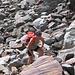 Francesca impegnata nell'attraversamento della pietraia.