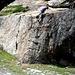 """in der Nähe des Dorfes steht dieser mit massig Pfeilen markierte """"Touristen-Kletterklotz"""""""