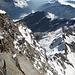 Tiefblick von der [hut6457 Margherita-Hütte] in die <i>Monte-Rosa-Ostwand</i> zum <u>Signalgrat</u>, welcher fast 1km Höhe überwindet und so die wohl direkteste Route zur [peak4943 Signalkuppe] darstellt.