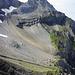 Der Weiterweg zur Engstligenalp ist gut zu sehen. Vor allem das Zickzack im Geröll. Unterhalb der Felsen Querung nach rechts.