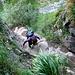 Solide Kettenversicherungen leiten über die Felsplatten weiter nach oben.