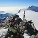 [u Schnapsi] auf dem Gipfel der [peak6053 Zumsteinspitze] (4563m). Hinten die [peak4943 Signalkuppe] (4554m).
