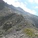sguardo alle spalle: la discesa dal Pizzo Cazzola e il Passo Cazzola con un tappetino d'erba