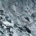 Am Ort der Querung baue ich diese beiden Steinmänner, auf dass es den anderen Wanderern nicht gleich ergeht wie mir: Man traversiert vom ersten Steinmann zum zweiten und schliesslich zum Drahtseil-Stummel in der Mitte des Bildes.