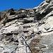 Il passaggio attrezzato scendendo dalla cima verso il Colle Bussola, sul sentiero 3C .