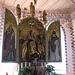 Chiesa di Genhofen. L'altare centrale, opera del 1523 di Adam Schlanz, le figure sono invece opera di Michael Zeynsler.<br />La Vergine col Bambino sta tra i San Giacomo il maggiore, patrono dei pellegrini, riconoscibile dalla conchiglia, posto sulla destra.<br />A sinistra invece vediamo Sant Ulrich, vescovo.<br />Sugli sportelli sono invece raffigurati Papa Silvestro e Sant'Eligio vescovo.<br />Sulla predella i quattro evangelisti.
