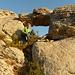 kleines Felsentor am unteren Ende der Felsrippe