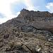 Der Corn Chamuotsch im Aufstieg vom Sattel. Immer leicht rechts vom Grat halten bringt einen am einfachsten zum Gipfel.