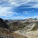 Blick ins Tal. Links der Il Nes, in der Mitte der Spelm Ravulaunas, daneben der Crap Alv. Dahinter Piz Bardella und Piz Platta.