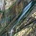 Zahlreiche Wasserfälle plätschern über Platten und Stufen die Wände hinab.
