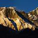 Links der Rücken des Nuptse. Bildmitte am Wölkchen der Everest. Rechts der Lhotse.