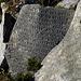 Wir nähern uns Pangboche, einem namhaften Klosterstandort. Dort treffen wir wieder auf die kunstvoll bearbeiteten Steine.
