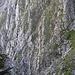 """Die """"luftige Querung"""" nochmals von oben (in der linken Bildhälfte, gleich über den Felsen im Vordergrund)."""