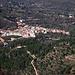 Das eng ineinandergebaute Dorf Alcoleja nördlich der Sierra de Aitana inmitten der Mandel- und Olivenkulturen