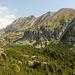 """Während der Fahrt mit dem Sessellift, Sedačková lanovka Štrbské Pleso-Solisko - Ausblick """"direkt vom Sessel"""" aus südlicher Richtung ins Tal Mlynická dolina und zum östlich angrenzenden Bergkamm, dessen südlichste Erhebung der Patria (2.203 m, vorn) ist. Hinten links ist der Štrbský štít (2.381 m) zu sehen."""