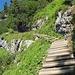 Immer wieder führen befestigte Stufen bergauf, teilweise mit Drahtseilversicherungen.