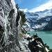 Il sentiero passa sotto una cascatella causata dallo scioglimento della neve sulle rocce sovrastanti