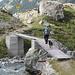 in discesa il ponte al pianoro dell'alp Sura