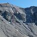 Westflanke Piz Segnas. Es gilt den Schuttrücken zu erreichen, der rechts vom Gipfel zum Südgrat hoch zieht. Rot: Normalroute. Blau: Meine Aufstiegsroute in zumeist hartem Schutt. Im Bereich der Rinne Steingeriesel.